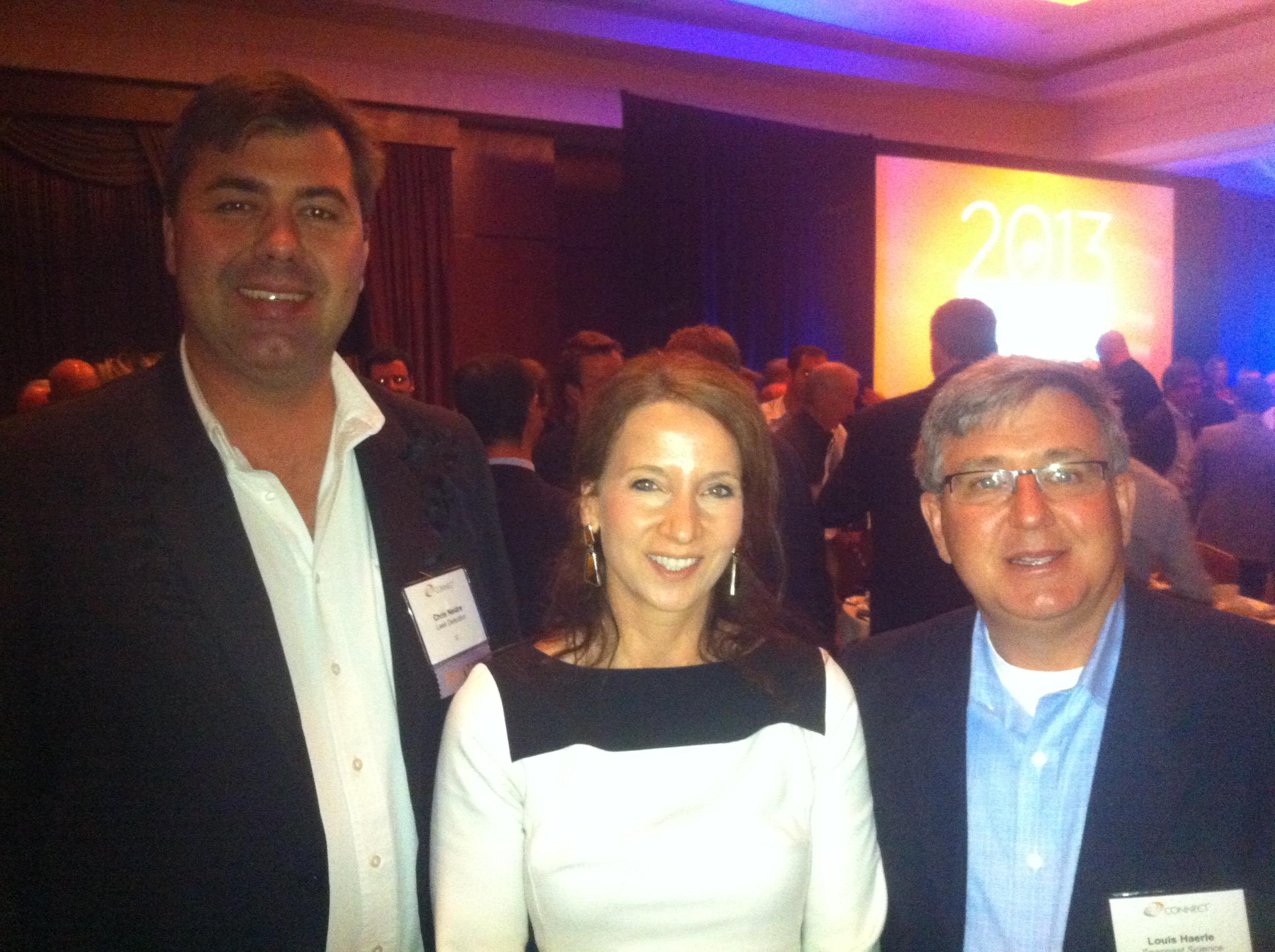 Peggy Fleming, Präsident der German American Chamber of Commerce California, mit den Finalisten Chris Neidre (links) and Louis Haerle (rechts)