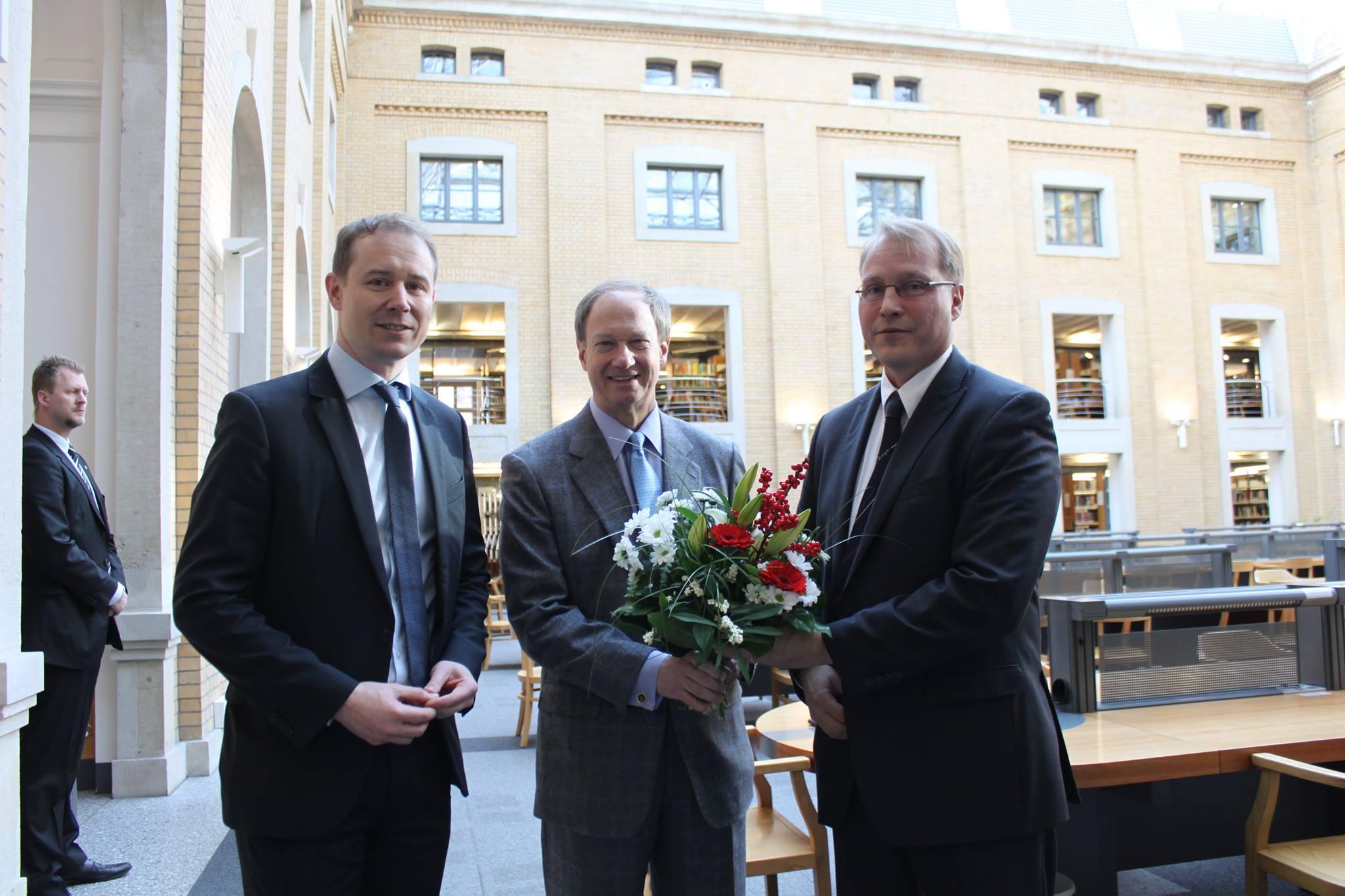 Von links: Steve Riedel, Vice President der German American Chamber of Commerce California; John B. Emerson, U.S. Botschafter, Prof. Dr. Crister S. Garrett, Universität Leipzig